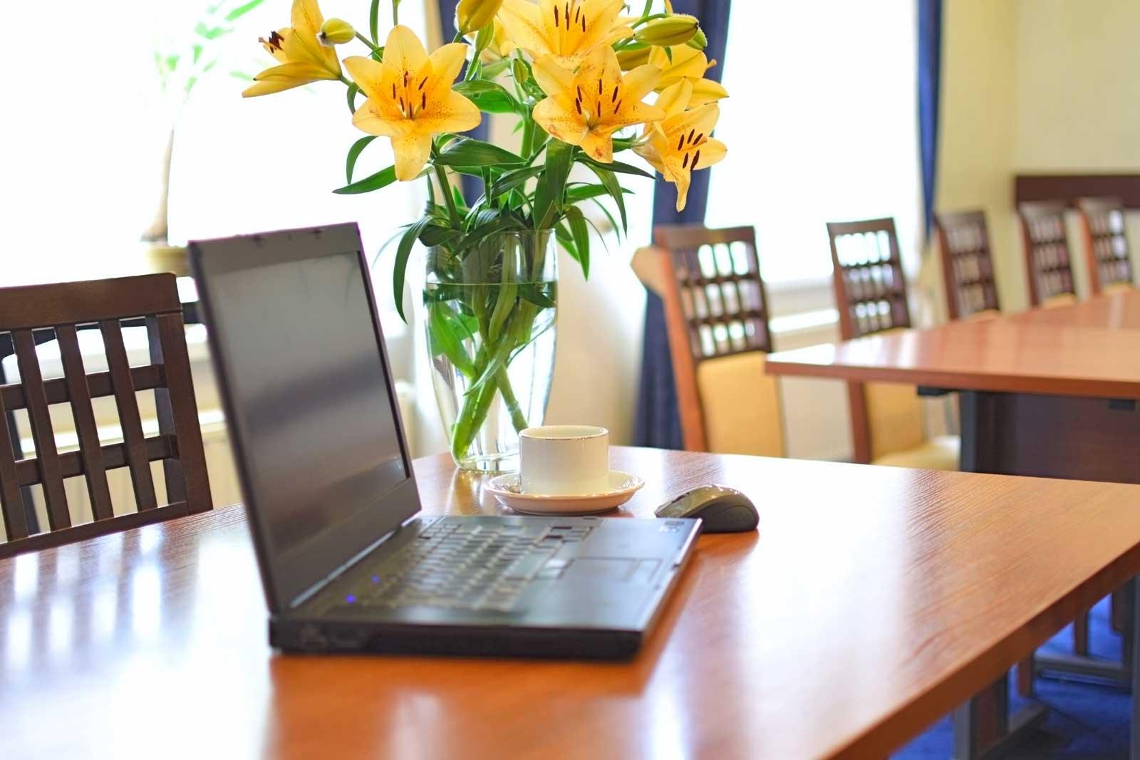 Tisch, Laptop, Maus, Blumen | schöner Arbeitsplatz